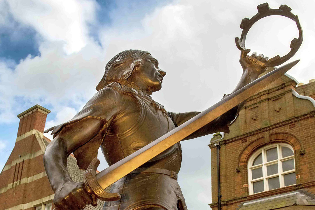 A bronze statue of King RIchard III