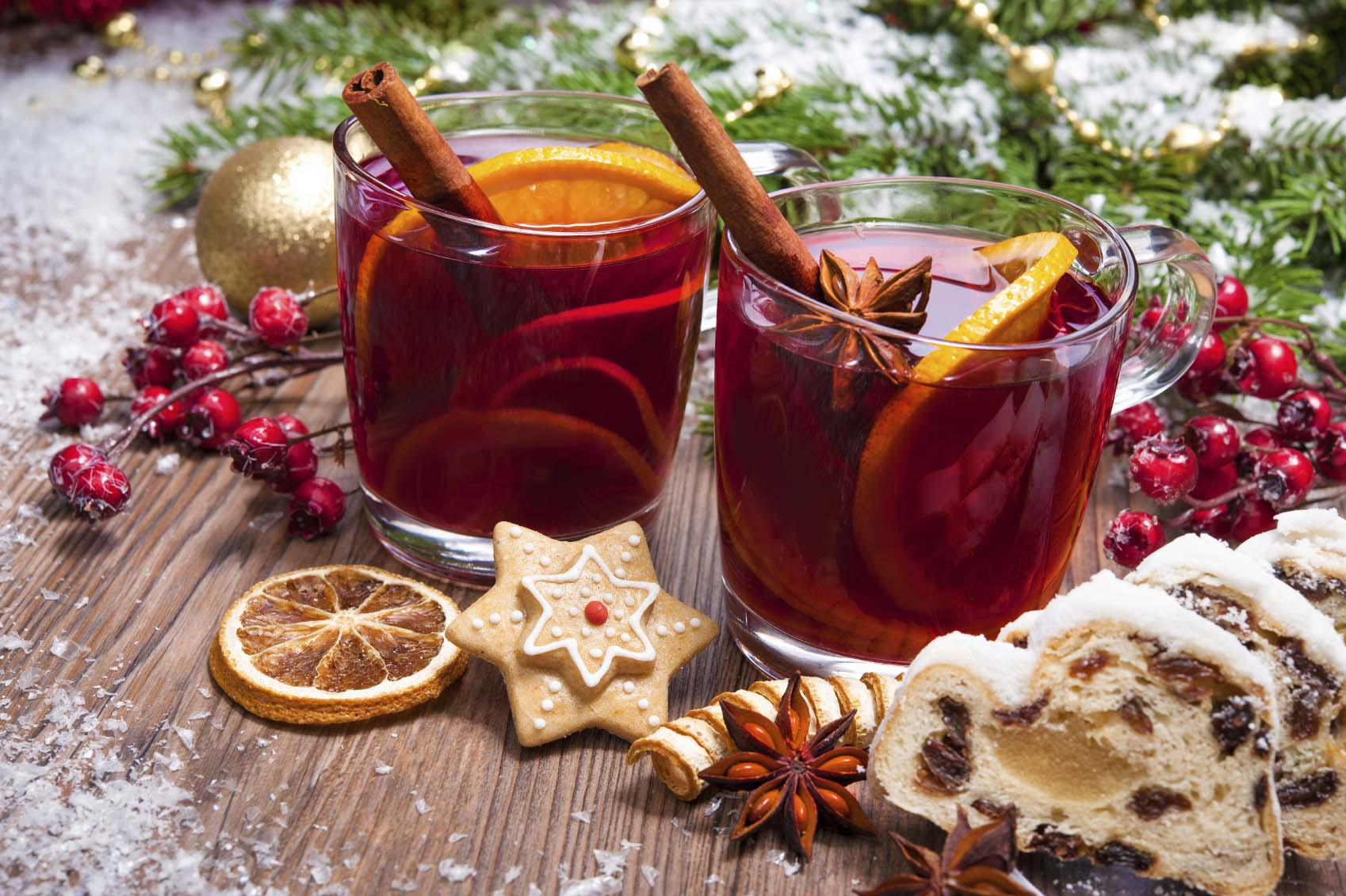 Two glasses of mulled wine and slices of stollen