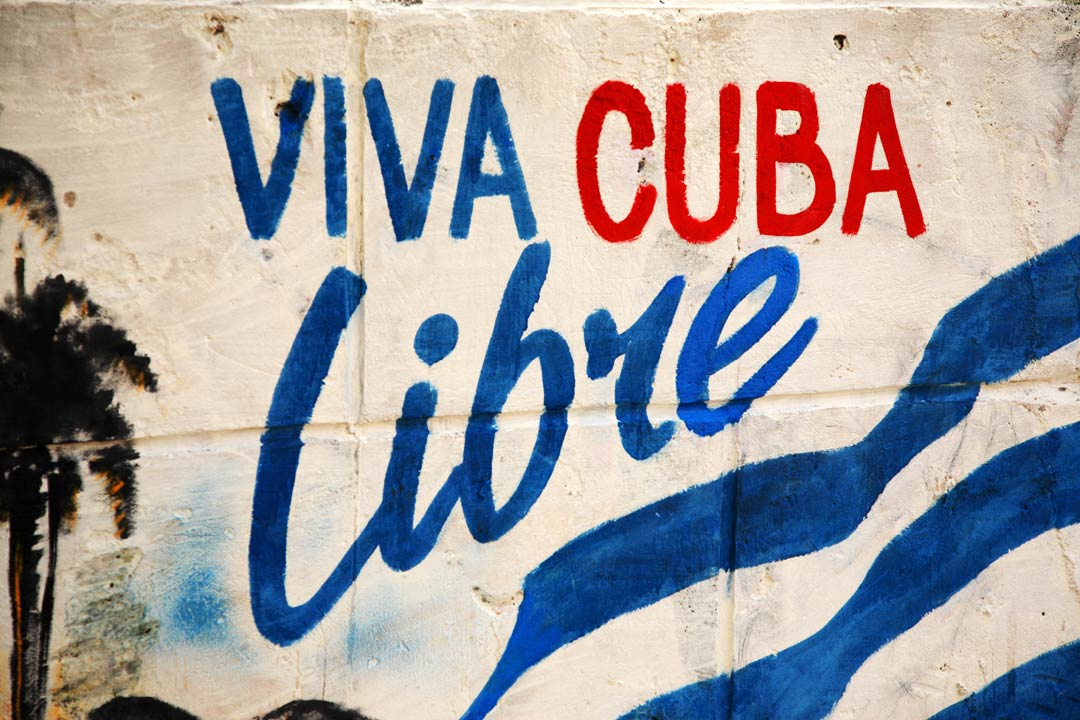 Wall grafitti that reads 'Viva Cuba Libre'